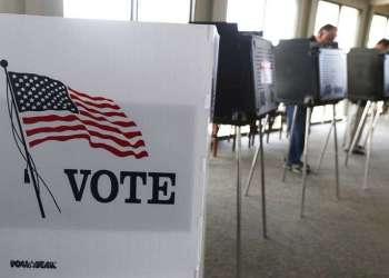 Jornada de elecciones de medio término en Hinsdale, Illinois, en 2014. Foto: M. Spencer Green / AP / Archivo.