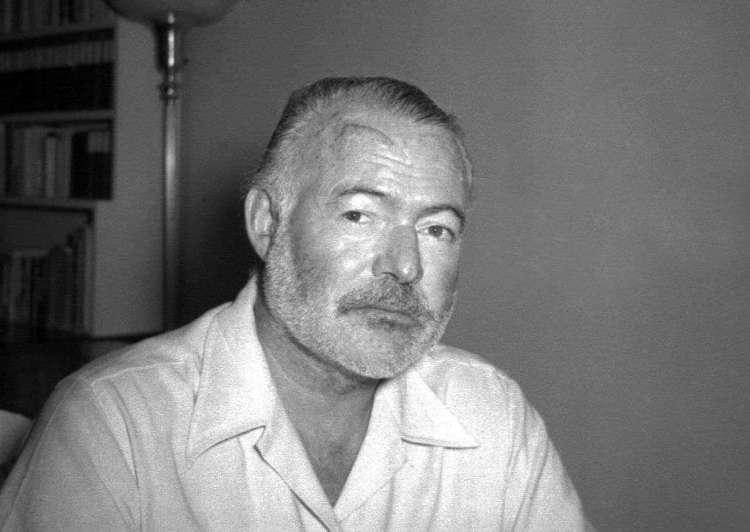 El novelista Ernest Hemingway posa en su casa en San Francisco de Paula, cerca de La Habana, el 21 de agosto de 1950. Foto: AP.