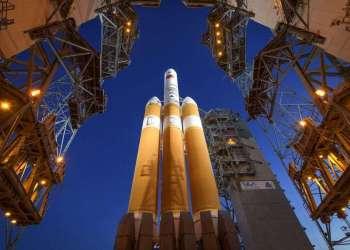 La Mobile Service Tower se aparta para mostrar el cohete United Launch Alliance Delta IV Heavy con la sonda solar Parker a bordo en el complejo de lanzamiento 37 de la estación de la Fuerza Aérea en Cabo Cañaveral, Florida. Foto: Bill Ingalls / NASA vía AP.