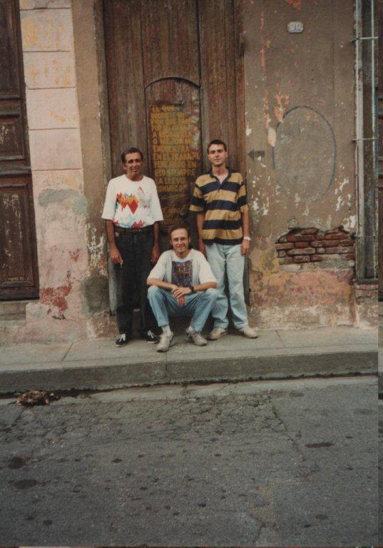 """En la puerta de la vieja casa de Silverio (el de la izquierda en la foto de tres) estuvo por muchos años este texto: """"El que necesite mi vida que pase por mi casa a recogerla, o mejor me encuentra en el trabajo, pensando en eso siempre la llevo conmigo"""". Rafael Alcides"""