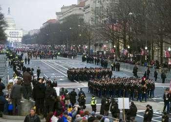 Fotografía de archivo del desfile inaugural de la presidencia de Donald Trump desde el Capitolio a la Casa Blanca en Washington, el 20 de enero de 2017. Foto: Cliff Owen / AP / Archivo.