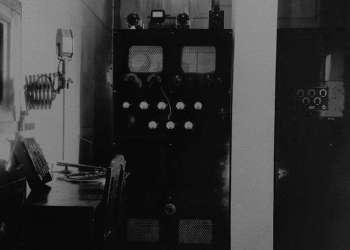 Cabina de transmisiones de las primeras décadas de la radio cubana. Foto: Archivo de Eric Caraballoso Díaz.