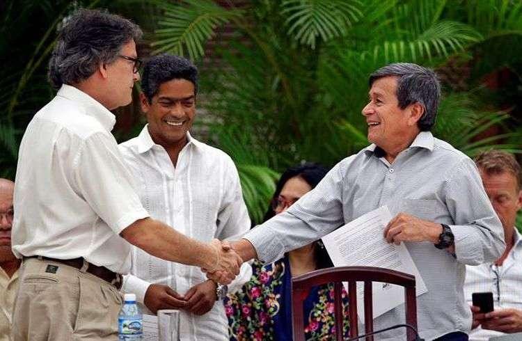 El jefe negociador del gobierno colombiano, Gustavo Bell (i), estrecha la mano del comandante del ELN Israel Ramírez Pineda (d), alias Pablo Beltrán, el miércoles 1 de agosto de 2018, en el cierre del sexto ciclo de conversaciones en La Habana, concluido sin un cese el fuego bilateral. Foto: Ernesto Mastrascusa / EFE.