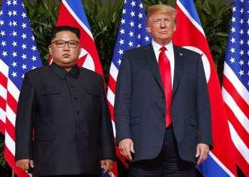 Esta foto del 12 de junio del 2018 muestra al presidente estadounidense Donald Trump y al líder norcoreano Kim Joong Un en la Isla Sentosa, en Singapur, durante la cumbre entre ambos mandatarios. Foto: Evan Vucci / AP / Archivo.