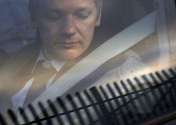 Julian Assange arriba a la Corte de Magistrados de Belmarsh en Londres para una audiencia de extradición, 11 de enero de 2011. Foto: Sang Tan / AP.