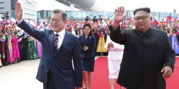 El presidente de Corea del Sur, Moon Jae-in, y el líder norcoreano, Kim Jong Un (derecha), en el aeropuerto internacional de Sunan en Pyongyang, Corea del Norte, el 18 de septiembre de 2018. Foto: Pyongyang Press Corps Pool vía AP / Archivo.