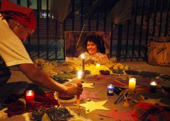 Ceremonia en honor de Berta Cáceres, ante la Corte Suprema en Tegucigalpa, Honduras, el domingo 16 de septiembre de 2018. El juicio a ocho hombres acusados del asesinato de Cáceres fue pospuesto esta semana. Foto: Fernando Antonio / AP.