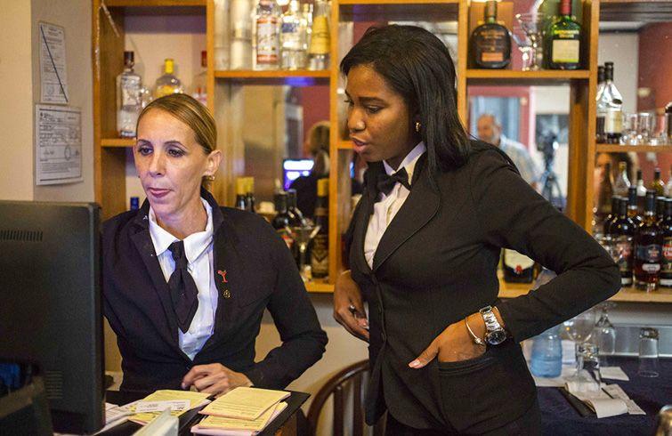 Barbara Betancourt, a la izquierda, entrena a Glenda Díaz Campbell en el oficio de cantinera. Foto: Desmond Boylan / AP.