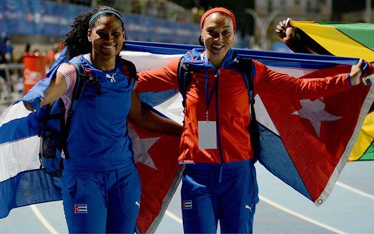 Yaimé Pérez (der) junto a su compañera Denia Caballero tras su victoria en los Juegos de Barranquilla 2018. Foto: Ricardo López Hevia / Granma.