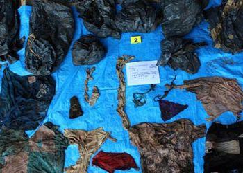 Prendas de vestir encontradas en una fosa en el estado mexicano de Veracruz, en la que fueron hallados al menos 166 cráneos y otros restos humanos. Foto: Fiscalía General del Estado de Veracruz / EFE.