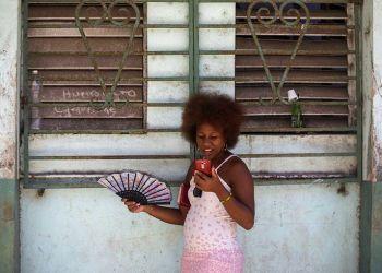 Una mujer usa su teléfono para navegar en internet en La Habana, Cuba, el pasado 22 de agosto de 2018. Foto: Desmond Boylan / AP.