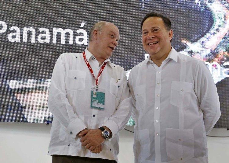 El presidente panameño, Juan Carlos Varela (d), y el ministro del Comercio Exterior de Cuba, Rodrigo Malmierca (i), durante la inauguración del pabellón de Panamá el martes 30 de octubre del 2018, en el segundo día de la 36 Feria Internacional de La Habana Fihav 2018. Foto: Ernesto Mastrascusa / EFE.