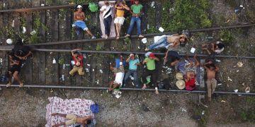 Migrantes de una caravana de centroamericanos que avanza lentamente hacia la frontera con Estados Unidos, sobre las vías del tren en Arriaga, México, el 26 de octubre de 2018. Foto: Rodrigo Abd / AP.