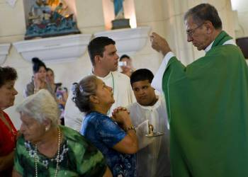 El arzobispo de La Habana, Juan de la Caridad García (derecha), en una foto de archivo en la iglesia de San Juan Bautista, en Jaruco. Foto: Ramón Espinosa / AP / Archivo.