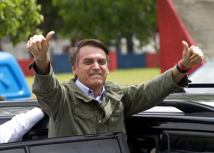 Jair Bolsonaro saluda tras votar en Río de Janeiro, durante la segunda vuelta de las elecciones en Brasil, el domingo 28 de octubre de 2018. Foto: Silvia Izquierdo / AP / Archivo.