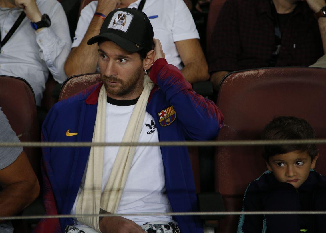 Messi observó desde la grada, junto a su hijo, el triunfo del Barca. (AP Foto/Emilio Morenatti)