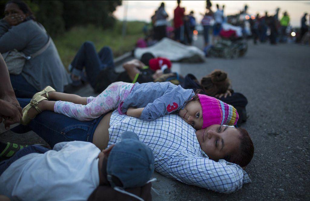 Migrantes centroamericanos descansan durante su viaje por México, rumbo a los EE.UU., el 29 de octubre de 2018. Foto: Rodrigo Abd / AP.