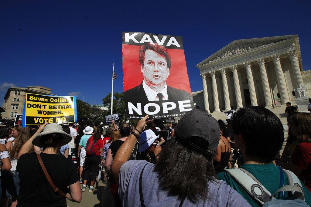 Manifestantes protestan contra el nominado a la Corte Suprema Brett Kavanaugh el jueves 4 de octubre de 2018, en Washington. El Senado votó el viernes 51-49 en favor de proceder con la votación final sobre la nominación. (AP Foto/Manuel Balce Ceneta)