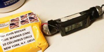 Foto obtenida el 24 de octubre del 2018 del paquete y el dispositivo explosivo enviado al ex director de la CIA John Brennan a las oficinas de CNN en Nueva York. Foto: ABC News vía AP.
