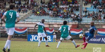 Cuba (de azul) lleva dos triunfos en la Liga de las Naciones de Concacaf. Foto: Otmaro Rodríguez / Archivo.