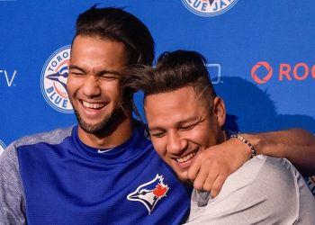 Los hermanos Lourdes Jr. (izq) y Yuli Gurriel se abrazan antes del partido de este lunes entre los Azulejos de Toronto y los Astros de Houston. Foto: @BlueJays / Twitter.