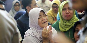 Familiares de los pasajeros del avión accidentado oran mientras esperan más información sobre la aeronave de Lion Air que se estrelló en el mar frente a la Isla Java, en el Aeropuerto Depati Amir de Pangkal Pinang, Indonesia, el lunes 29 de octubre de 2018. Foto: Hadi Sutrisno / AP.