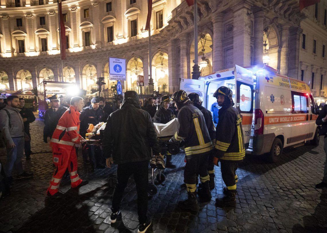 """Bomberos desalojan a una persona que resultó lesionada después de que fallara la escalera eléctrica en la estación del metro """"Repubblica"""" en Roma el martes, 23 de octubre de 2018. (Claudio Peri/ANSA vía AP)"""