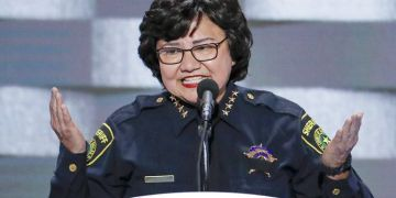 La sheriff del condado de Dallas, Texas, Lupe Valdez, candidata a la Gobernación de Texas por el Partido Demócrata en las elecciones de noviembre de 2018. Foto: J. Scott Applewhite / AP / Archivo.