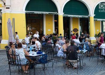 Turistas en la Plaza Vieja de La Habana. Foto: Otmaro Rodríguez.