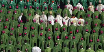 Obipsos y cardenales asisten a una misa oficiada por el papa Francisco en la apertura del sínodo de obispos, en la plaza de San Pedro del Vaticano, el 3 de octubre de 2018. Foto: Alessandra Tarantino / AP.