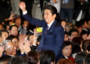 Shinzo Abe, agradece los aplausos de los legisladores de su partido poco después de que él fue declarado ganador de las elecciones internas de esa organización política, el jueves 20 de septiembre de 2018, en Tokio. Foto: Koji Sasahara/AP.