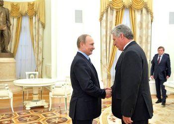 El presidente de Cuba, Miguel Díaz-Canel (derecha), junto con el mandatario ruso, Vladimir Putin, durante su visita a Moscú en mayo de 2016. Foto: commons.wikimedia.org
