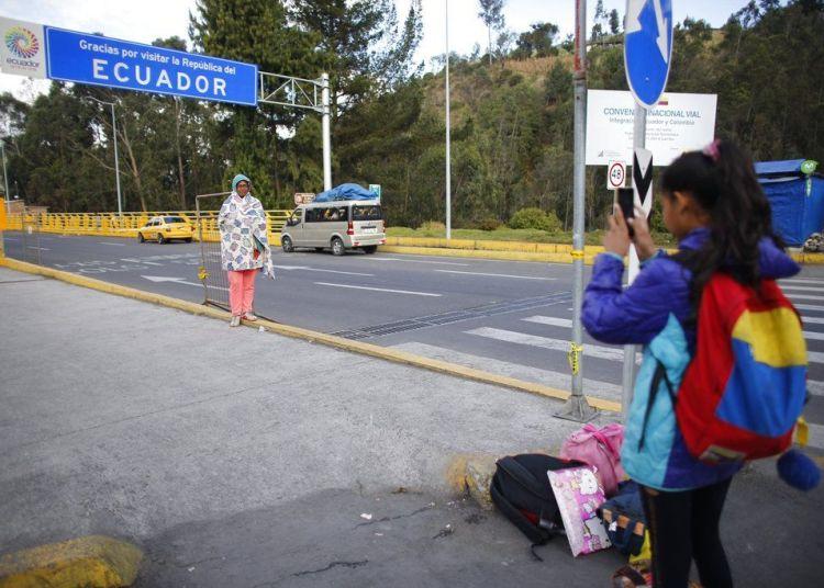 En esta imagen, tomada el 5 de septiembre de 2018, la venezolana Angelis, de 10 años, toma una fotografía de su madre, Sandra Cádiz, tras cruzar la frontera entre Colombia y Huaquillas, Ecuador, en su viaje a Perú. En total tuvieron que hacer tres filas distintas en inmigración, pero finalmente pudieron cruzar a Ecuador. (AP Foto/Ariana Cubillos)