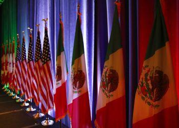 Las banderas de Canadá, EEUU y México sobre un escenario antes de una conferencia de prensa sobre las negociaciones del Tratado de Libre Comercio de América del Norte. Foto: Jacquelyn Martin/AP.