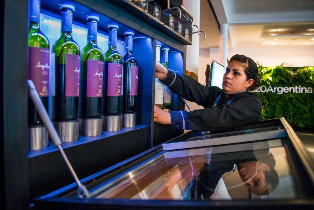 Una camarera repone el vino en la recepción argentina del G20 (Foto: Irina Dambrauskas)
