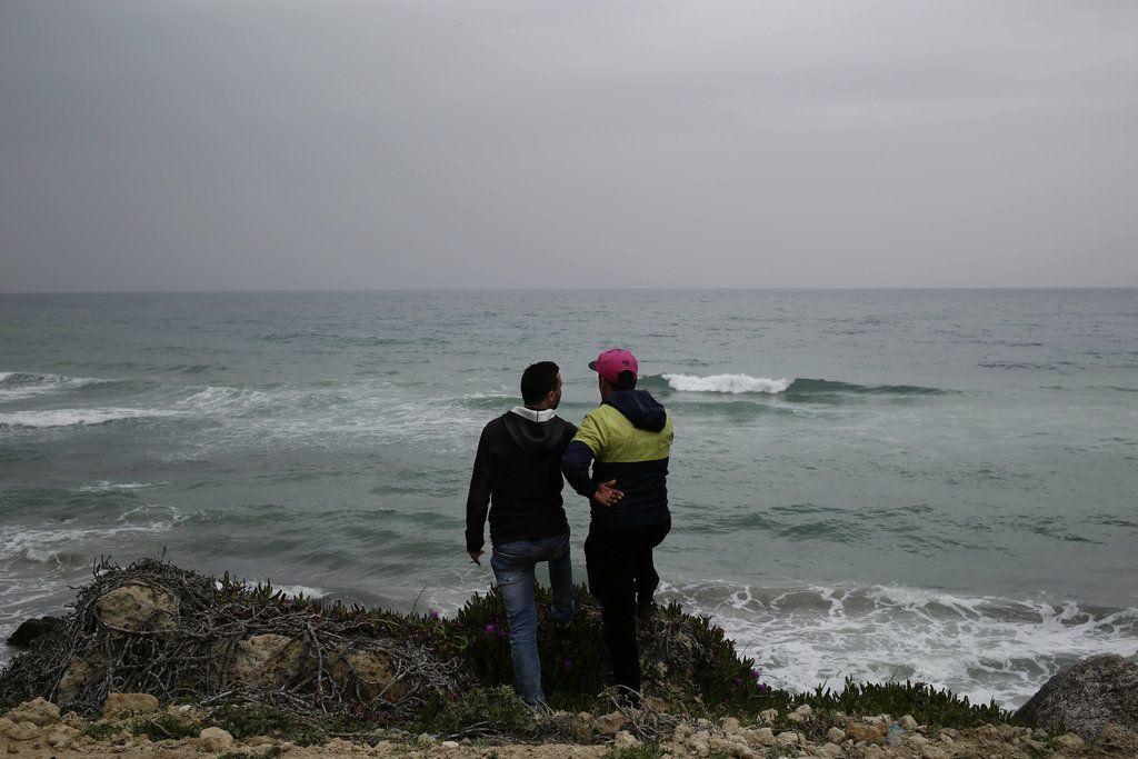En esta imagen, tomada el 14 de abril de 2018, Ahmed Ayouby, de 32 años (izquierda), y Mounir Aguida, de 30, que quiere salir de Túnez, en la playa desde la que los migrantes parten hacia Italia, en la localidad de Ras Jabal, en Bizerte, Túnez. A finales de agosto de 2018, se subió a una balsa con siete amigos, pero en el último minuto él y otro joven se bajaron de la embarcación. No ha vuelto a saber nada de los demás. (AP Foto/Nariman El-Mofty)