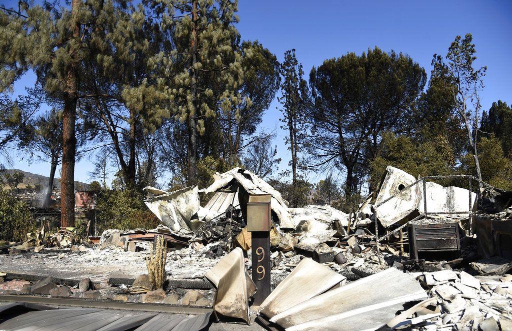 Esta fotografía del domingo 11 de noviembre de 2018 muestra una casa que quedó destruida tras un incendio en Agoura Hills, California. (AP Foto/Chris Pizzello)
