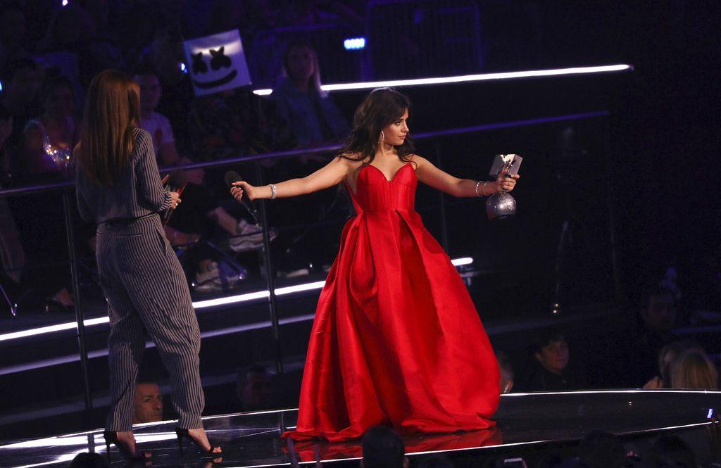 Camila Cabello recibe el premio a la mejor artista durante la ceremonia de los MTV EMA en Bilbao, España, el domingo 4 de noviembre del 2018. Foto: Vianney Le Caer / Invision / AP.