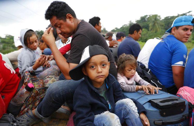 Migrantes centroamericanos que forman parte de la caravana que espera llegar a la frontera con Estados Unidos, en un remolque Donají, en el estado de Oaxaca, México, el viernes 2 de noviembre de 2018. Foto: Marco Ugarte / AP.