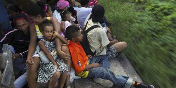 Migrantes centroamericanos, parte de la caravana que desea llegar a Estados Unidos, viajan en un camión en Loma Bonita, en el estado de Oaxaca, México, el sábado 3 de noviembre de 2018. Foto: Rodrigo Abd/AP.