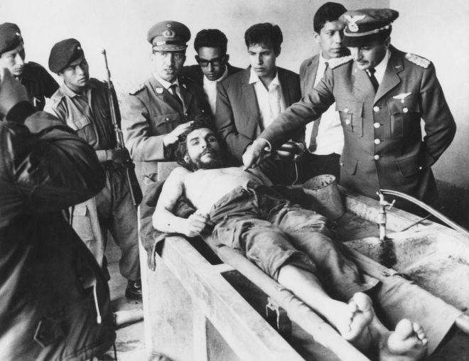 El cuerpo del Che tendido en la escuela de La Higuera, Bolivia. Foto: Freddy Alborta.