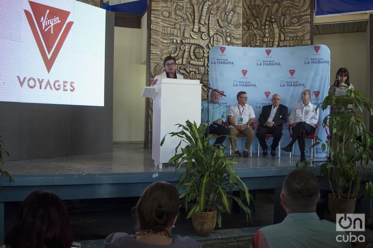 Tom McAlpin (izq), CEO de Virgin Voyages, anuncia en un acto en Fihav 2018 que el primer crucero de su compañía tendrá a La Habana como destino. Foto: Otmaro Rodríguez.