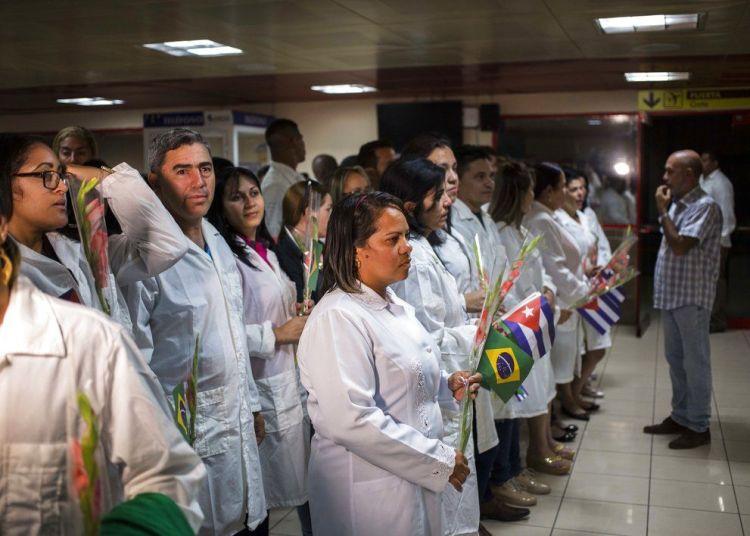 Médicos cubanos esperan para reunirse con el presidente de Cuba, Miguel Díaz-Canel, después de aterrizar en La Habana el viernes 23 de noviembre de 2018. Foto: Desmond Boylan / AP.