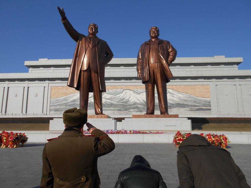 """Oficiales norcoreanos rinden homenaje a los """"Líderes fundadores"""" en una plaza de la capital coreana (Foto: Daniel Wizenberg)"""