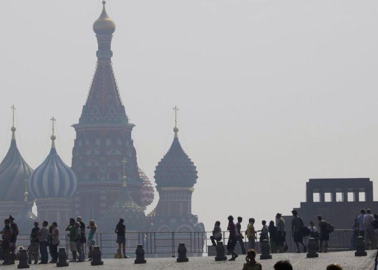 En esta imagen de archivo se ve la catedral de San Basilio, en Moscú, en una densa capa de smog durante una ola de calor. Foto: Misha Japaridze / AP / Archivo.