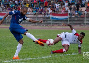 El futbolista cubano Yordan Santa Cruz (izq). Foto: Otmaro Rodríguez / Archivo.