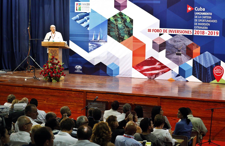 El ministro del Comercio Exterior de Cuba, Rodrigo Malmierca, presenta la nueva cartera para la Inversión extranjera en Cuba hoy, miércoles 31 de octubre del 2018, durante la 36 Feria Internacional de La Habana Fihav 2018. Foto: Ernesto Mastrascusa / EFE.