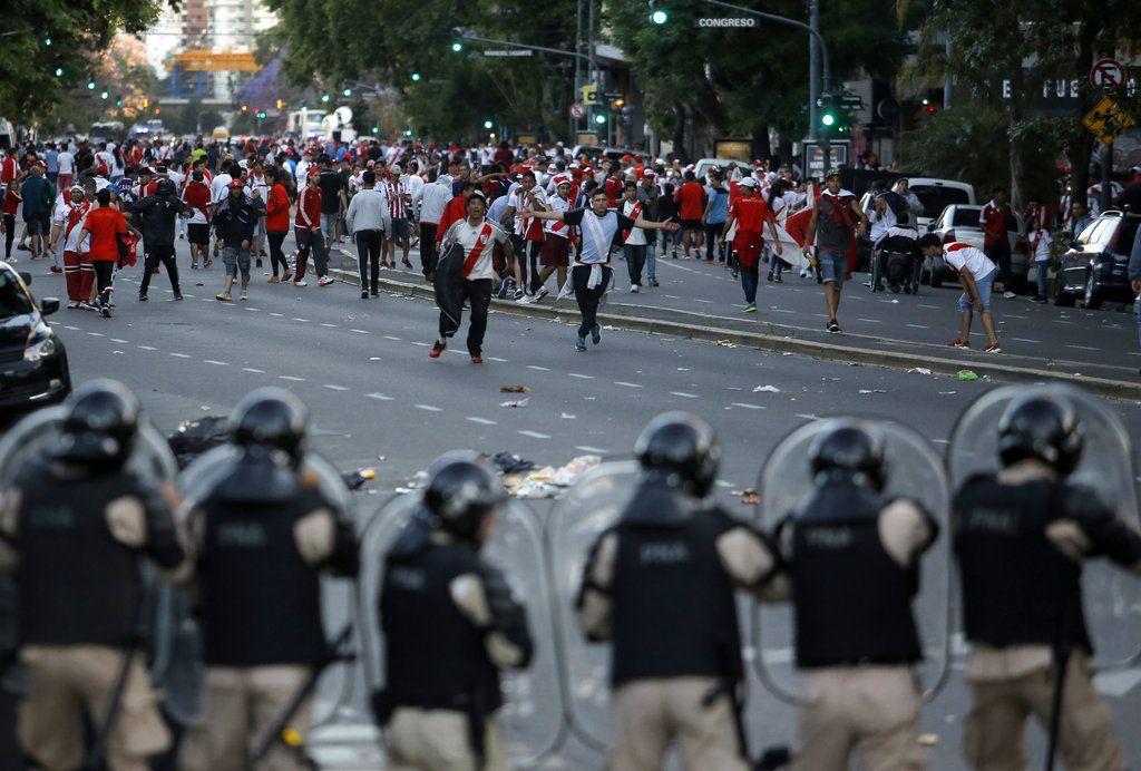 Hinchas de River Plate se enfrentan con la policía cerca del estadio Monumental previo al partido de vuelta de la final de la Copa Libertadores entre River Plate y Boca Juniors en Buenos Aires, Argentina, el sábado 24 de noviembre de 2018. (AP Foto/Sebastián Pani).