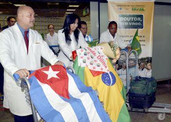 """Médicos cubanos del proyecto de colaboración """"Más médicos"""", de Brasil. Foto: UOL / Archivo."""