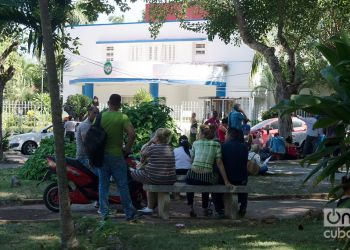 """Cubanos hacen cola frente a la embajada de Panamá en La Habana, para solicitar la """"tarjeta de turismo de compras"""". Foto: Otmaro Rodríguez / Archivo."""